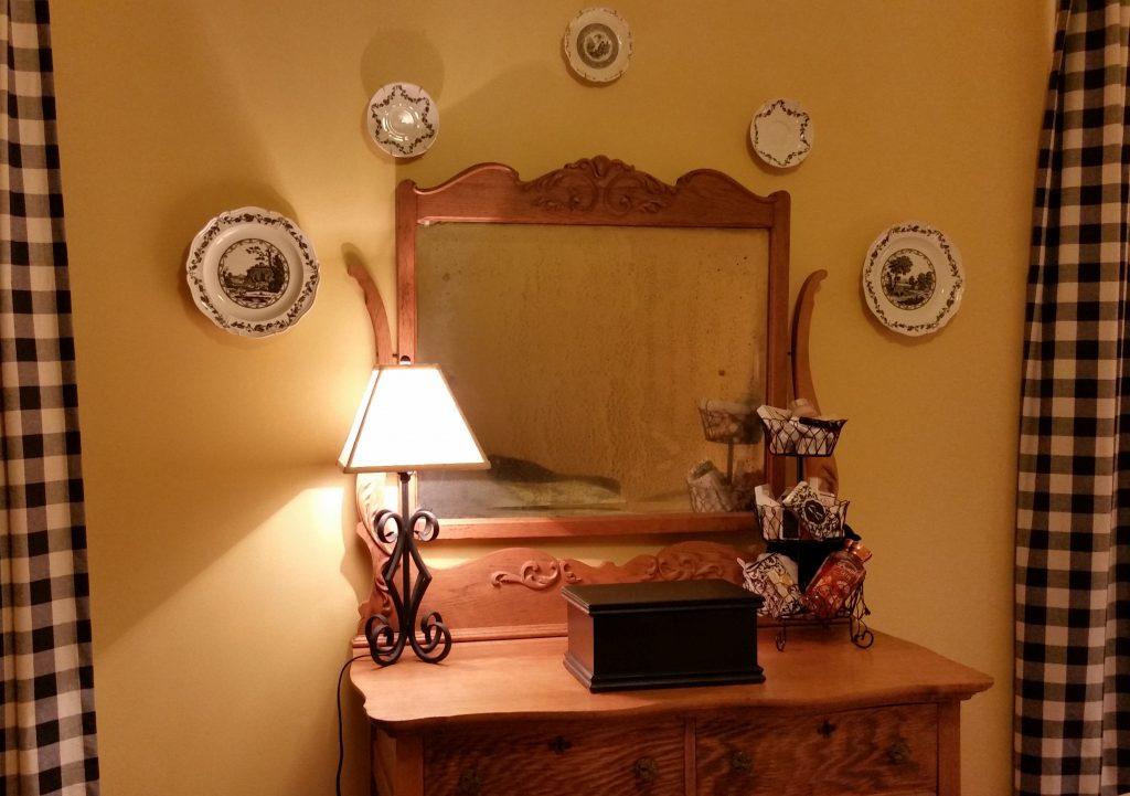 guestroom-mirror-plates