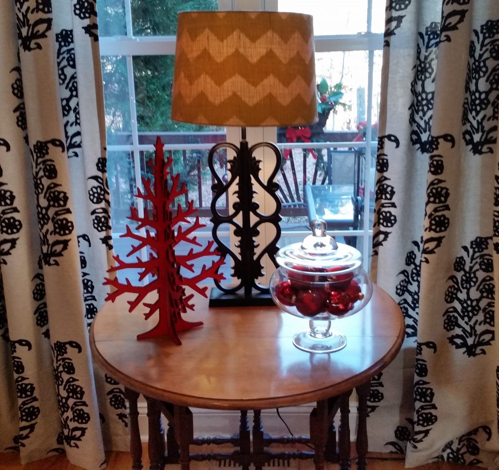 familyroom-table-arrangement