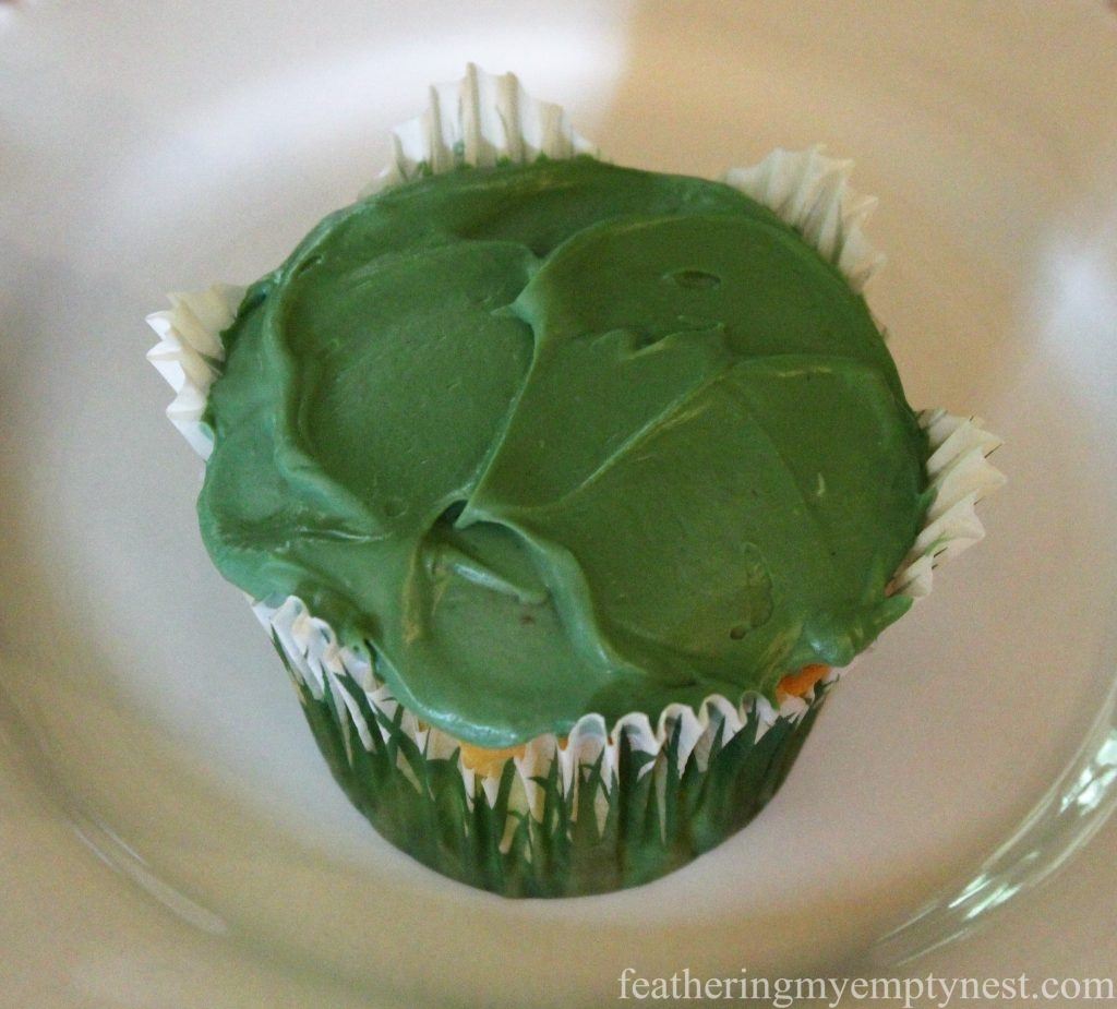 Prepared Off The Tee Cupcake before the grass is piped on --Off The Tee Easy Father's Day Cupcakes